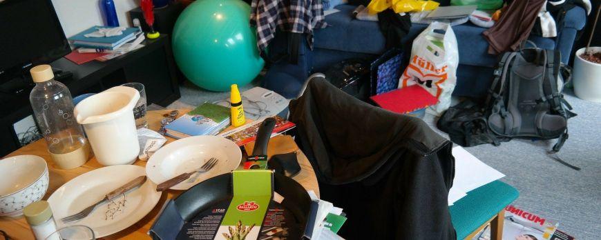 Łóżko chowane do szafy a porządek w pokoju nastolatka.